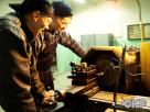 Technik mechanik podczas zajęć praktycznych